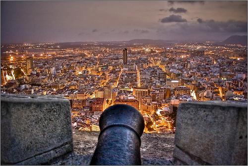 Viajes a Alicante: vista de la ciudad desde el Castillo de Santa Bárbara, la mayor parte del año podras disfrutar de un excelente clima.