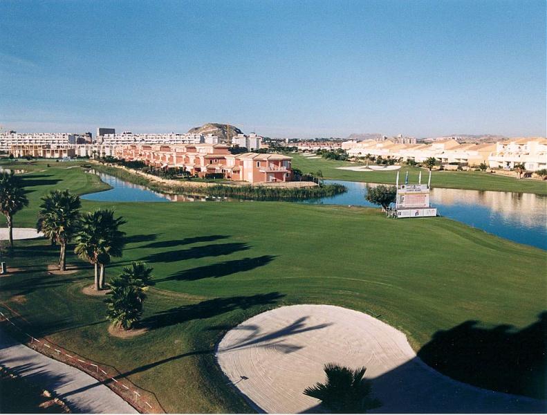 Alicante te ofrece una gran variedad de campos de Golf con espectaculares vistas.
