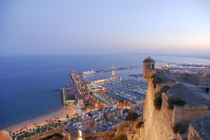 Castillo De Santa Bárbara En Alicante: desde aquí tendrás una espectacular vista de las playas de Alicante.